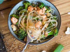 Asiatische Glasnudel-Bowl mit Lachs und Sesam Salmon noodles in Asian: Take glass noodles instead of Hoisin Sauce, Salsa Hoisin, Vegetarian Recipes, Healthy Recipes, Asian Recipes, Ethnic Recipes, Noodle Bowls, Noodle Salad, Salads