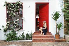 Casa de vila na cidade de São Paulo recebeu pintura com tinta vermelha em suas portas e janelas.