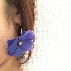 ∞----------------------------------------------∞色鮮やかな大きめのあじさいの花を重ね、綺麗なラインの長めフックにつけたピアスです。着けるとお花が少し下向きになり、大人可愛い雰囲気に♡普段使いはもちろん、水着や浴衣姿にも華やかさをプラスします。∞----------------------------------------------∞< 素材...