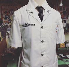 Resultado de imagem para uniformes para barbeiros Barber Man, Barber Logo, Barbershop Quotes, Barber Clothing, Chef Dress, Salon Wear, Barber Equipment, Barber Games, Barber Shop Quartet
