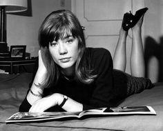 Françoise Hardy dans la chambre de son hôtel à Londres, en 1964
