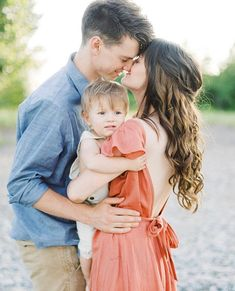 Sweet moment between mommy daddy for family pictures Military Family Photography, Outdoor Family Photography, Outdoor Family Photos, Photography Poses, Toddler Photography, Family Portrait Poses, Family Picture Poses, Family Photo Sessions, Family Posing