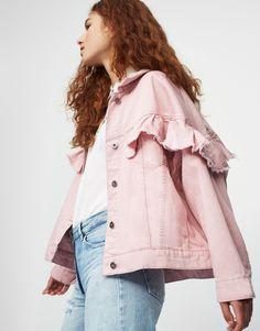 Oversized ruffled denim jacket - Denim jackets - Coats and jackets - Clothing - Woman - PULL&BEAR United Kingdom Pull & Bear, Stylish Eve Outfits, Basic Outfits, Casual Outfits, Denim Vests, Denim Coat, Denim Jackets, Denim Fashion, Look Fashion