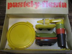 This is just like the one I had as a kid! Tupperware Vintage, Play Kitchen Accessories, Childrens Tea Sets, Kids Play Kitchen, Budget, Cute School Supplies, Retro, Vintage Toys, Kids Playing