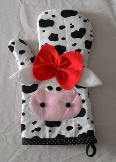 Luva de cozinha.  Confeccionamos outros produtos para compor a decoração da sua cozinha, consulte nos. Crochet Slipper Pattern, Crochet Slippers, Diy Projects To Try, Sewing Projects, Yo Yo Quilt, Cow Decor, Cow Print, Pin Cushions, Sewing Hacks