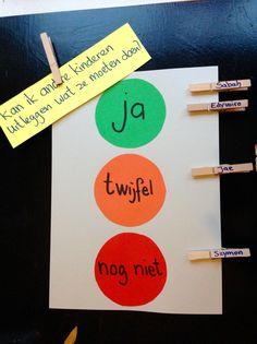 Leren Zichtbaar Maken / Evaluatie: Kinderen knijpen hun wasknijper bij het antwoord op een wisselende vraag. Hier: Kan ik andere kinderen uitleggen wat ze moeten doen?