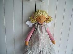 Něžný andělíček Andělka je dlouhá asi 44cm.Plněná je dutým vláknem-vhodné i pro alergiky.Vzadu má poutko k pověšení,může i sedět.