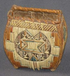 Micmac purse : First Nations; Mi'kmaq 1850-1900 dyed and natural porcupine quill, birchbark, spruce root and wood 13 cm x 13 cm x 9 cm Avery Maynard Shaw Bequest, 1957 (A57.101.5 )