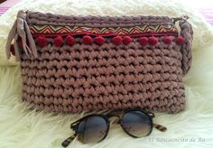 El Rinconcito de Ra: Clutch con madroños Crotchet Bags, Crochet Tote, Crochet Handbags, Crochet Purses, Knitted Bags, Filet Crochet, Diy Crochet, Backpack Purse, Clutch Bag
