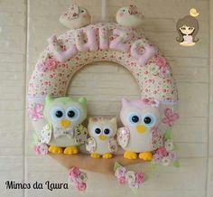 Guirlanda coruja feltro Mobiles, Origami, Felt Wreath, Sleeping Bag, Wall Hanger, Garland, Banner, Diy Crafts, Dolls