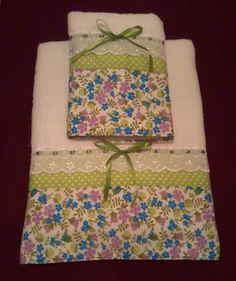 Toalhas Casa In (Karsten), jogo com 01 toalha de banho e 01 de rosto. Aplicação em tecido floridos, di poá, bico de cambraia e fita de cetim.