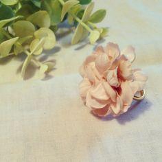 ダリヤのお花を使用したリングです。3.5㎝と存在感のある大きさです。淡いピンク色なのでお肌にも馴染みます!サイズ調節可能なリングです!|ハンドメイド、手作り、手仕事品の通販・販売・購入ならCreema。
