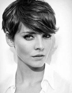 La plus jolie coupe courte La coupe garçonne sied parfaitement à Louise Bourgoin, surtout quand elle la porte légèrement floue comme ici.