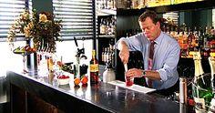 Manderine Mimosa. Bereiden: Muddel in een mixglas de aardbeien fijn met de griessuiker. Doe de Mandarine Napoleon, vloeibare suiker en het sap van de manderijntjes erbij. Vul het glas verder op met ijsblokjes. Sluit de shaker en shake krachtig. werk af: Double strain met de fijne zeef in het cocktailglas. Giet de champagne langzaam langs een gedraaide cocktaillepel in het glas. Werk af met een zeste van manderijn.
