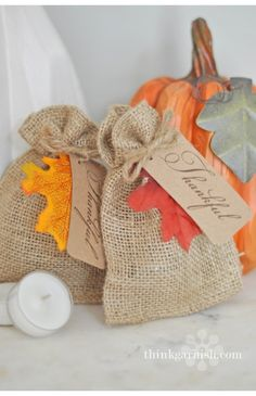 Burlap bags for wedding favors with autumn leaf tags Thanksgiving Favors, Thanksgiving Decorations, Fall Gifts, Diy Gifts, Burlap Bags, Jute Bags, Hessian, Decoration Table, Wedding Favors
