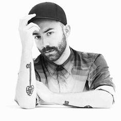 POP FRANçAISE - Ambitieux, Woodkid a pris son temps pour développer un univers musical et visuel très personnel. Clips en noir et blanc, chansons à la fois...