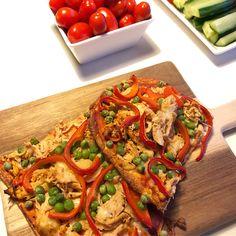 Tortillapizza med Pulled chicken OPSKRIFT: Kog kylling i let saltet vand, gennemstegt. Riv kylling fra hinanden med gafler, vend i en krydderier/sovs/marinade: Salsa, ketchup, paprika, Cayenne, chili, drys kanel, oregano, basilikum, salt • Pizza-bund: Oopsies brød ... • Smør pizzabund med ketchup og salsa, top med kylle, ost, ærter grønt, bag 230* 10-15min. • kyckling ärtor paprika lök