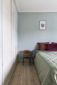 Kan du ikke finde den helt rigtige vægfarve, er svaret måske lige her! Cheap Bedroom Decor, Cheap Home Decor, Bedroom Ideas, Bedroom Green, Bedroom Colors, Dix Blue, Cosy Bed, Cozy, Black Interior Design