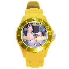 Relógio com pulseira plástica com oito cores a escolher: branco, cinza, rosa, roxo, preto, marrom, verde e amarelo.    4,5cm de diâmetro, pulseira de 15,0cm a 21,5cm.