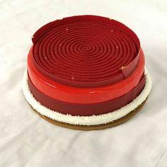 Strawberry cake Fine Dining, Strawberry, Tray, Cake, Desserts, Food, Tailgate Desserts, Deserts, Kuchen