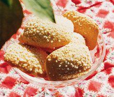 Recept på klassiska mandelkubb. Mandelkubb är en blandning mellan kaka och bulle som du enkelt gör av mandlar, smör, socker, ägg, filmjölk, mjöl och hjorthornssalt. Utsökt till kaffet!