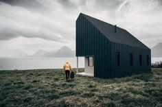 Cabaña prefabricada que se envía en embalajes planos. The Backcountry Hut Company (BHC) tiene una idea de moderna cabaña que se envía en embalajes planos, y es sencilla de montar, como los muebles de Ikea. Es un modelo de negocio que pretende poner buen diseño al alcance de mucha gente. Está basado en un diseño modular, de dos plantas, y que permite un alto grado de personalización por parte del cliente. #CasasPrefabricadas