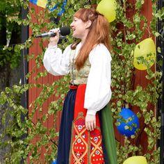 """Dräkten är från Östra Göinge  Malin Axelsson (@maxansinstagram) på Instagram: """"Nationaldagssjung i sol☀️! Waist Skirt, Midi Skirt, High Waisted Skirt, Sweden, Doors, Instagram Posts, Image, Fashion, Sun"""