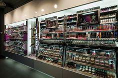 Mostradores maquillaje | Reforma Beautik Sants | Cristina Arnedo y Standal #standal #reformas #tiendas #retail  #locales #interior #design #comercial