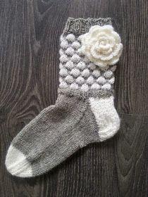 Lumoava Tekstiilityö: kuplasukat ja ruusuja äidille Knitting Socks, Baby Knitting, Knitting Projects, Knitting Patterns, Winter Socks, Baby Socks, Leg Warmers, Handicraft, Mittens