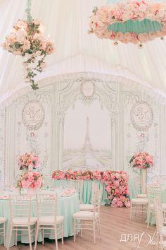 Президиум молодоженов, задник в шатре и декоративные абажуры создают атмосферу уюта