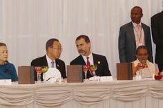 Su Majestad el Rey conversa con el secretario general de las Naciones Unidas (ONU), Ban Ki-Moon, en el transcurso de la cena ofrecida por el Primer Ministro de Etiopía a los Jefes de Estado y de Gobierno Africanos