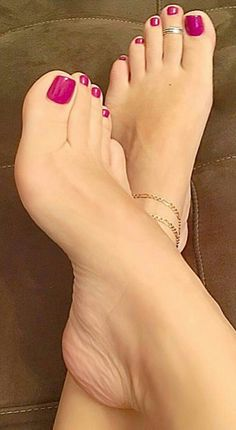 cute Looking for some unique splendid anklet, well no worries, we have huge collection of exquisite anklets fashion accessories for every occasion Cute Toes, Pretty Toes, Feet Soles, Women's Feet, Foot Pedicure, Feet Nails, Toenails, Toe Polish, Painted Toes