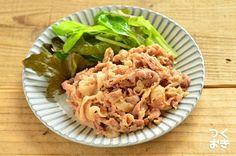 豚肉を調味液に漬けておけば、あとは食べたいときに焼くだけの簡単レシピ。焼くと、わさびのツンとした辛さはなくなって風味と旨味が残り、食欲をかきたてます。漬けるだけなら調理時間は5分程度。写真は、調理後のものです。冷蔵保存5日