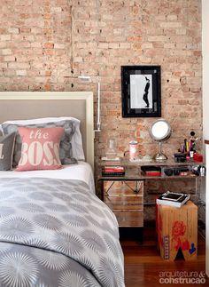 Presentes também no quarto, os tijolos aparentes foram conservados. As velhas réguas de madeira ganharam uma passada de lixa e resina da Bona. Agora, fazem bonito no quarto do casal.
