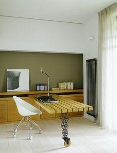 Ardepo Architects : Un plan de travail roulant, intégré aux placards.