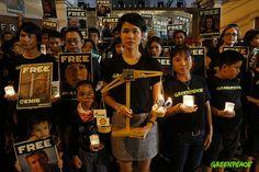 กรุงเทพฯ, ประเทศไทย 5 ตุลาคม 2556 - นักกิจกรรมรณรงค์ชาวไทยร่วมจุดเทียนเรียกร้องหน้าสถานทูตรัสเซียในวันนี้ ซึ่งเป็นส่วนหนึ่งของกิจกรรมรณรงค์ร่วมแรงร่วมใจที่จัดพร้อมกันในเมืองต่างๆทั่วโลก เพื่อเรียกร้องให้ปล่อยตัวนักกิจกรรมกรีนพีซ 28 คนและนักข่าวอิสระอีก 2 คน ซึ่งตอนนี้ทั้ง 30 คนถูกคุมขังอย่างไม่เป็นธรรมในเรือนจำประเทศรัสเซีย หลังถูกจับกุมบนเรือของกรีนพีซในเขตอาร์กติก ►www.greenpeace.org/freeouractivists ◄ #FreeTheArctic30