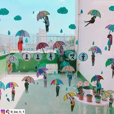 """좋아요 359개, 댓글 4개 - Instagram의 누리놀이 공식인스타그램(@nurinori_com)님: """"토도독 빗물 @9_be_h_1 선생님의 작품 #우산#교실#우산꾸미기#빗방울#어린이집#유치원#환경구성#유아미술#미술#6세#7세"""""""