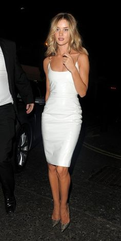 Rosie Huntington-Whiteley Photos - Rosie Huntington-Whiteley arrives back at her hotel after the GQ Men of the Year Awards on September - Rose Huntington-Whiteley Arrives at Her Hotel Rosie Huntington Whiteley, Rose Huntington, Sexy Dresses, Fashion Dresses, Dress Outfits, Estilo Fashion, Street Style, Models, Fashion Photo