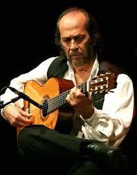 El guitarrista de flamenco Paco de Lucía ha fallecido esta madrugada a los 66 años de un infarto mientras se encontraba en una playa de México donde tenía una casa en la que vivía prácticamente todo el año. Al parecer el maestro se empezó a encontrar mal mientras estaba jugando con uno de sus nietos. El artista falleció camino del hospital.