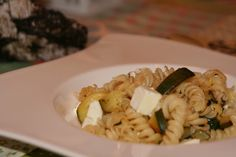 Kurz und gut - unsere Familiennotizen: Frühlingsküche:: Zucchini-Schafskäse-Pasta Zucchini, Pasta Salad, Chicken, Meat, Ethnic Recipes, Food, Easy Meals, Crab Pasta Salad, Essen
