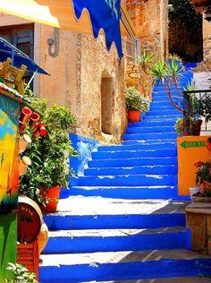 Pasos azules en Symi Island, Grecia
