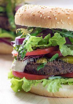 Receta sencilla y barata para hacer unas buenas hamburguesas 100% vegetales de judías negras con chalotas, nueces y tus acompañamientos favoritos. Incluye variaciones de la receta.