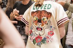 Go behind the scenes at the biggest shows of Milan Fashion Week Spring Gucci Spring 2017, Cool Style, My Style, Milan Fashion Weeks, Fashion Show, Fashion Trends, Fashion Details, Backstage, Printed Shirts