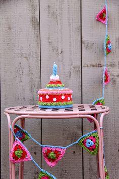 Smullen...     Hier haakte ik al eerder een taart. Deze was best groot.   Daarom ging ik op zoek naar een kleinere en goedkopere binnenkan...