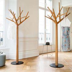 Handgearbeitet, 175 cm hoch und auf einem Fuß aus schwarzem Stahl stehend,  die in 12 verschiedenen Höhen und Tiefen angebrachten Äste bieten eine Menge Raum.