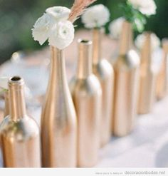 Idea barata para decorar boda, pintar botellas con spray metálico