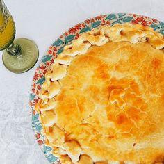 Agora nossa Torta de Estrogonofe de Cogumelo tem um topo para impressionar qualquer gnomo. #tortaestrogonofe #cogumelo 🌱🐟🐄🍫🍰 @donamanteiga #donamanteiga #danusapenna #amanteigadas #gastronomia #food #bolos #tortas www.donamanteiga.com.br