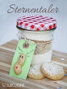 Ich liebe Geschenke aus der Küche, das ist wahrscheinlich normal für Foodblogger... Sehr gern verschenke ich sie natürlich auch! Diese himmlischen Vanille-Sterntaler kann man auch beruhigt nach Weihnachten backen, dann sind es Kekse und keine Plätz ...
