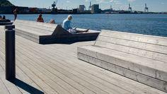 Terrasse-ide: samme trebord på terrassen og møblene