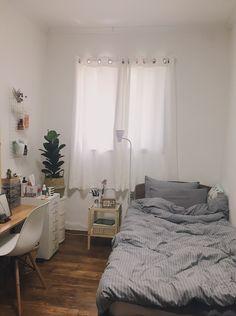 New room decor small bedroom space saving desks 58 ideas Room Design Bedroom, Small Room Bedroom, Room Ideas Bedroom, Home Bedroom, Bedroom Decor, Trendy Bedroom, Bedroom Simple, Bedroom Modern, Small Minimalist Bedroom